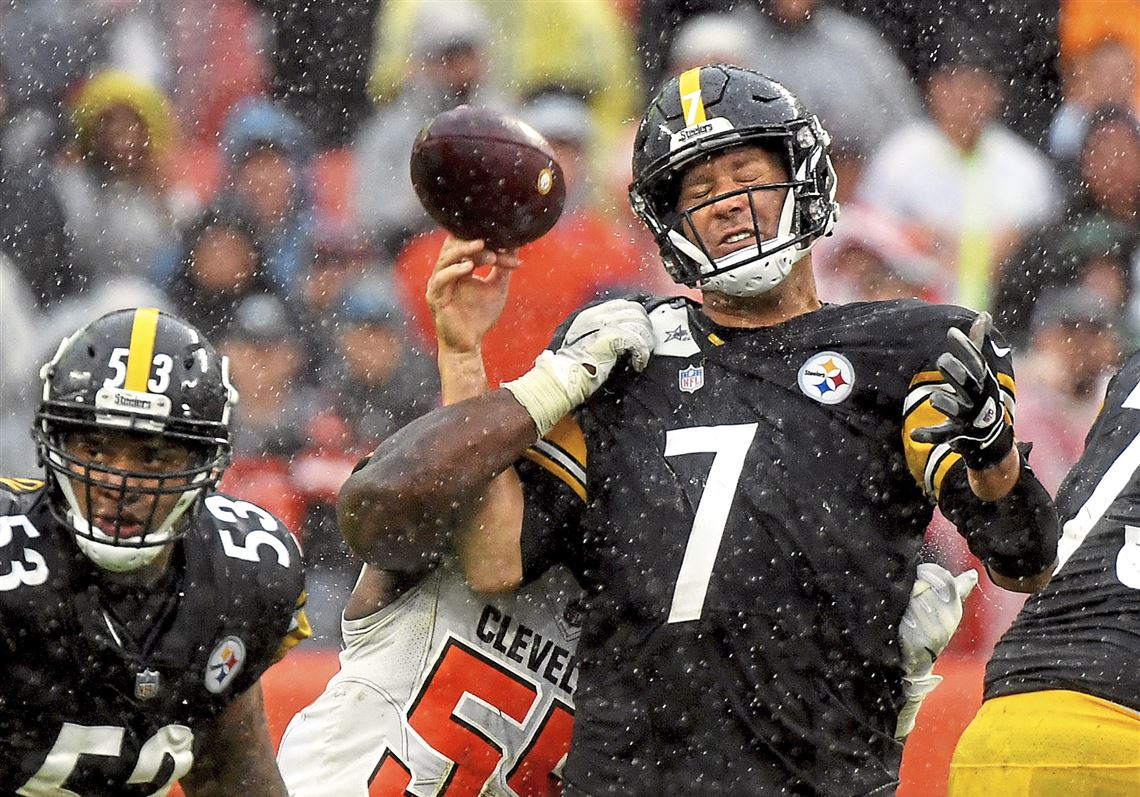 e9eaedd38 Ben Roethlisberger loses the ball after a hit from Genard Avery on Sunday.