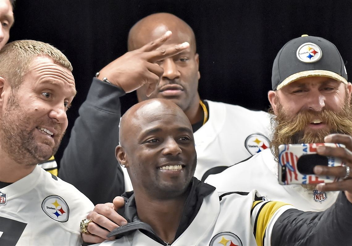 4ab1da1ed0f Former Steelers wide receiver Santonio Holmes takes a selfie with Ben  Roethlisberger