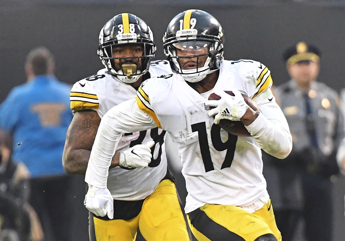 111bad38a Pittsburgh Steelers wide receiver JuJu Smith-Schuster picks up first down  against the Raiders late