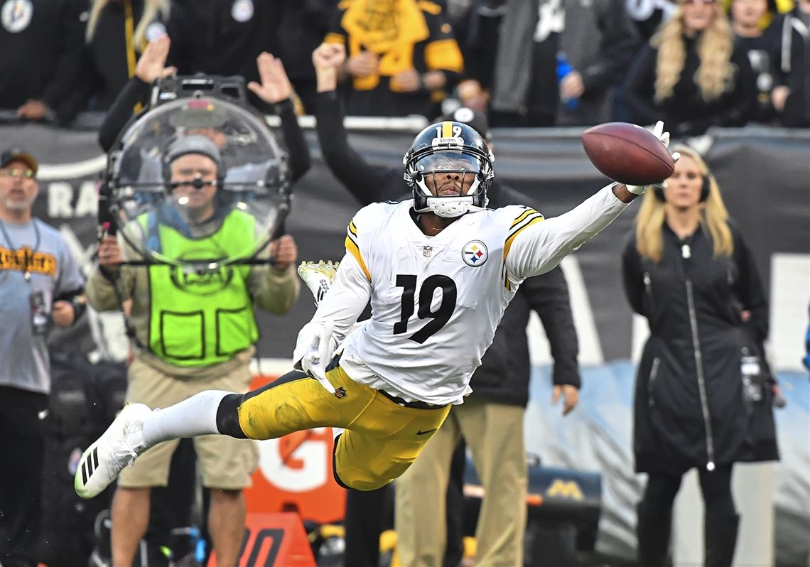 b5ed64672 Pittsburgh Steelers wide receiver JuJu Smith-Schuster just misses making  catch against the Raiders Sunday