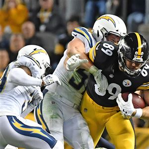 Pittsburgh Steelers tight end Vance McDonald fights of Chargers Sunday ae4cc9cc2
